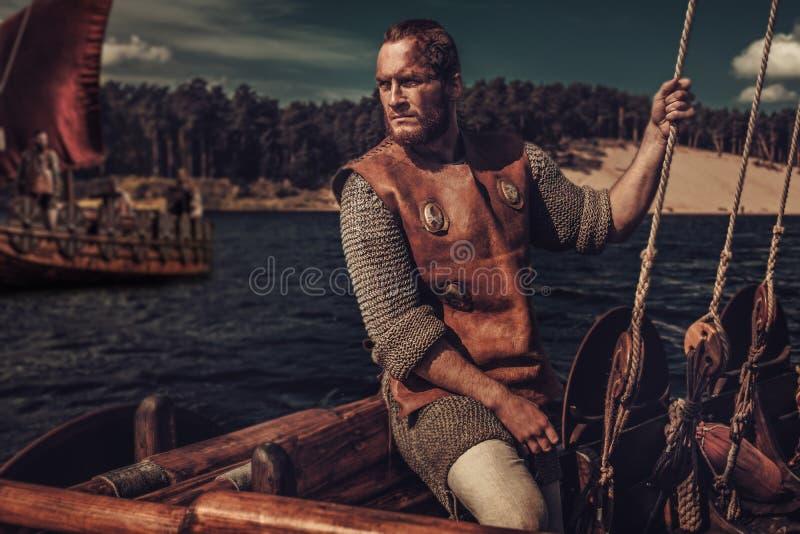 Hombre confiado de vikingo en Drakkar foto de archivo libre de regalías