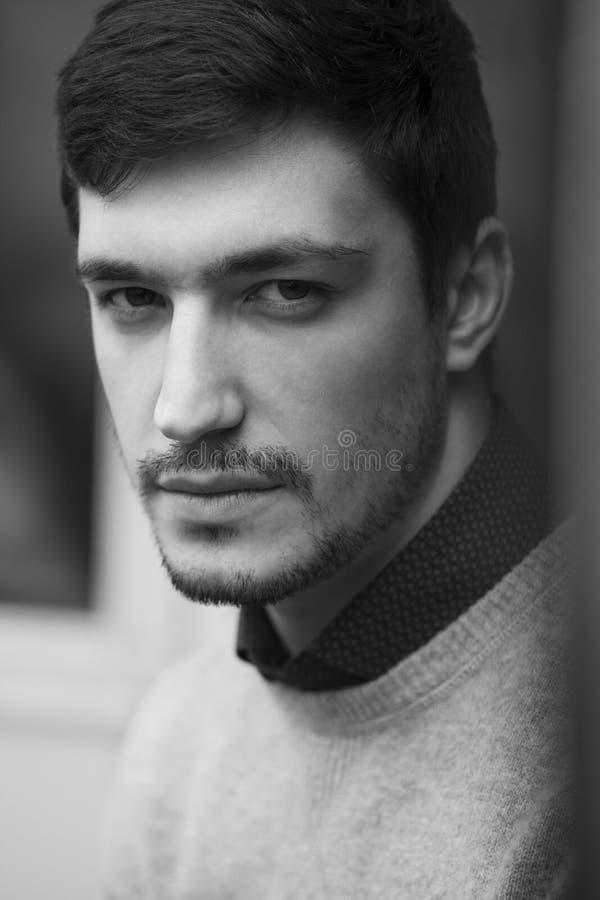Hombre confiado joven en Stoic del suéter foto de archivo libre de regalías