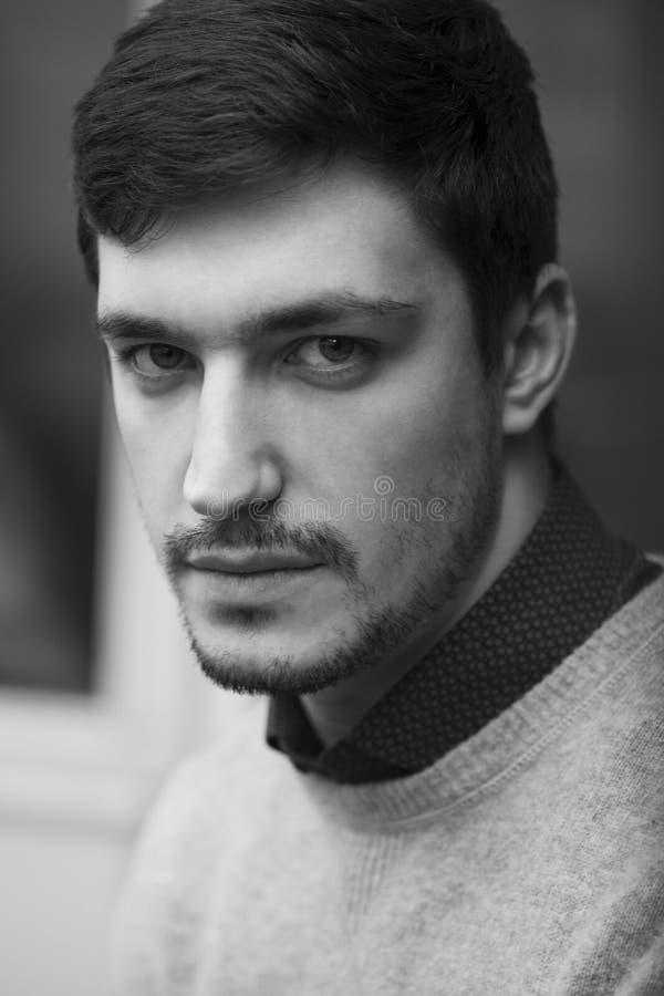 Hombre confiado joven en Stoic del suéter imagen de archivo