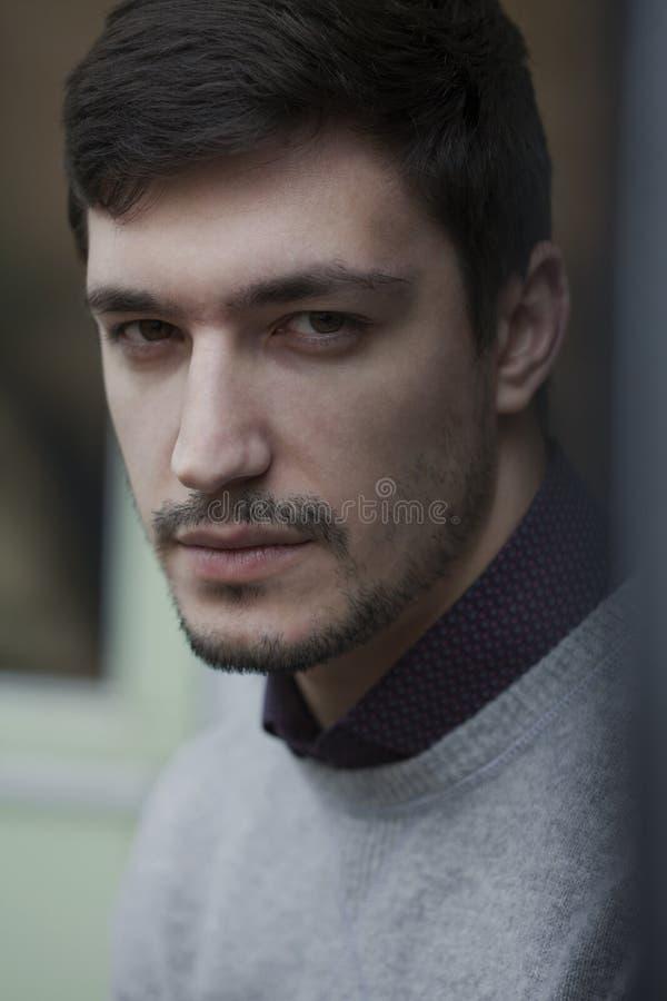 Hombre confiado joven en Stoic del suéter fotografía de archivo libre de regalías