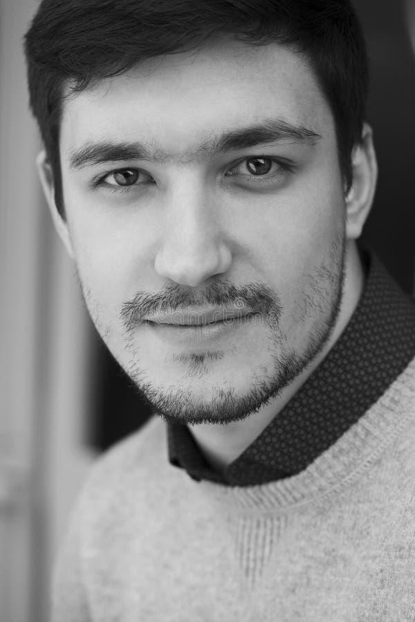 Hombre confiado joven en suéter fotografía de archivo