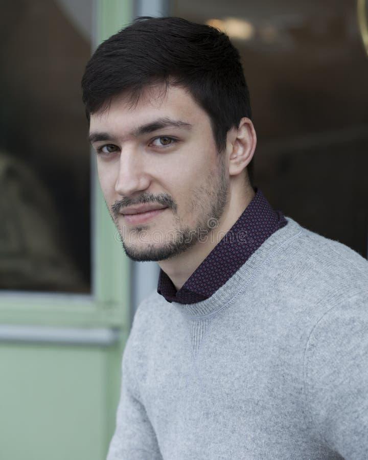 Hombre confiado joven en suéter imagenes de archivo