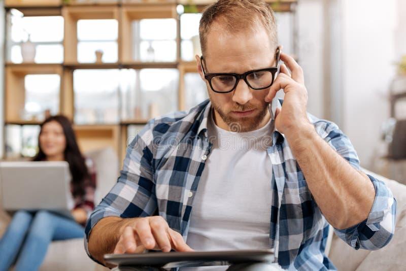 Hombre confiado serio que hace una llamada de teléfono fotos de archivo libres de regalías