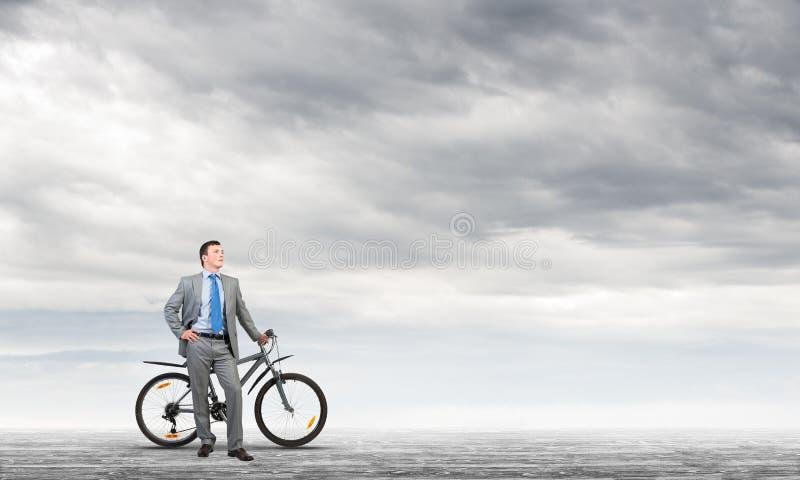 Hombre confiado y acertado en traje de negocios foto de archivo