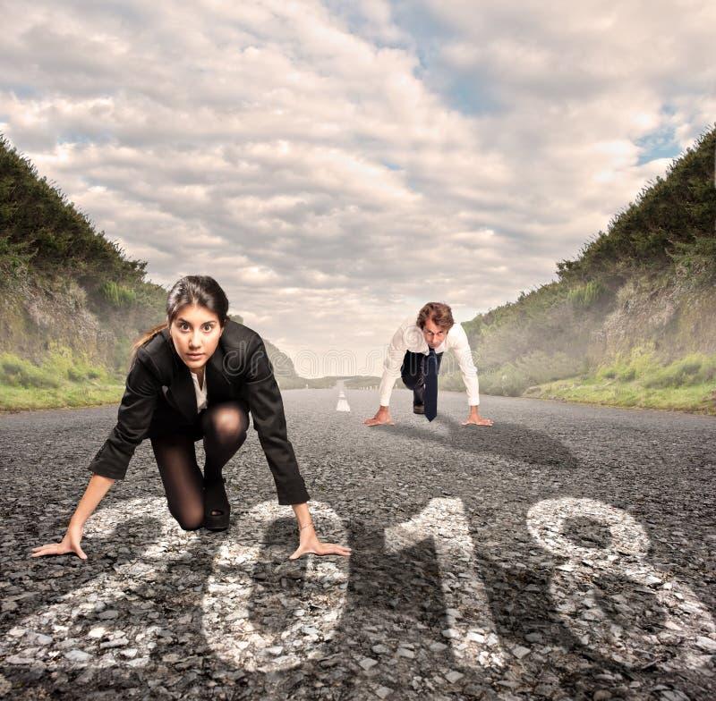 Hombre contra mujer en un camino Concepto 2018 del año foto de archivo