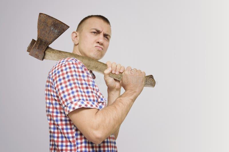 Hombre contrariedad con un hacha en su hombro Fondo blanco fotos de archivo libres de regalías
