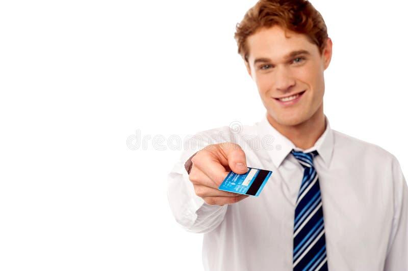 Hombre corporativo que le ofrece la tarjeta de crédito foto de archivo