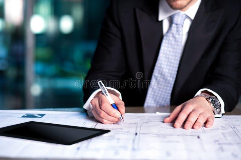 Hombre corporativo que revisa su plan del proyecto fotografía de archivo