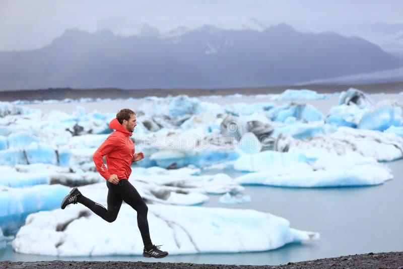 Hombre corriente que esprinta el corredor del rastro en sprint rápido fotos de archivo