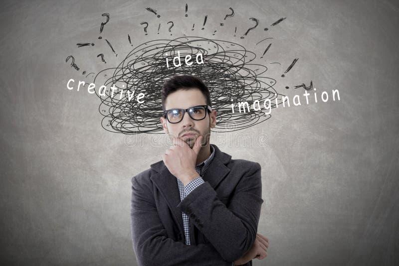 Hombre creativo en pensativo imagenes de archivo