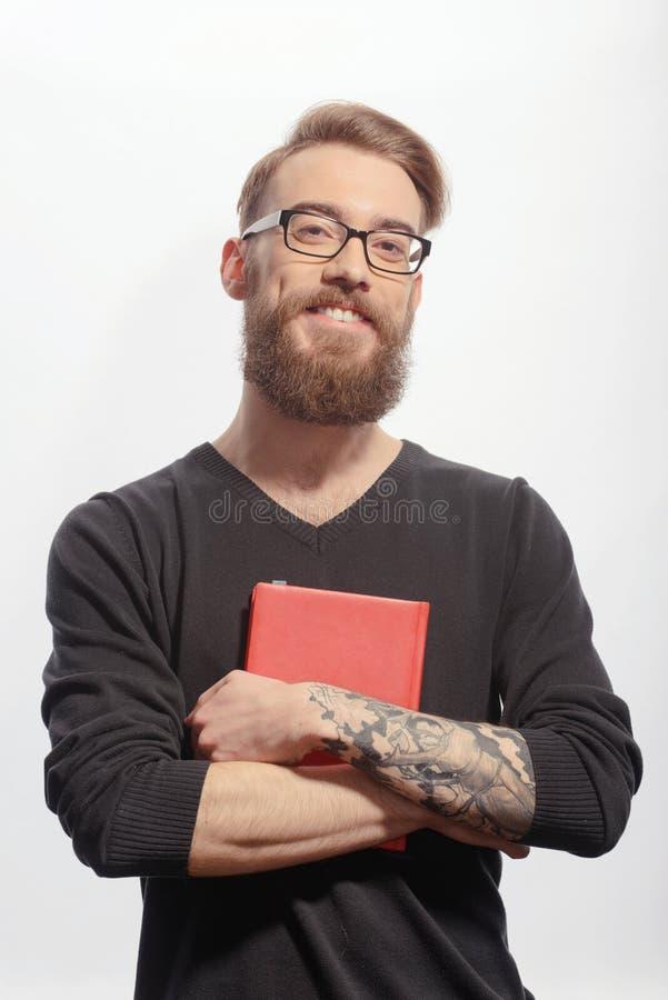 Hombre creativo joven con un libro imagen de archivo