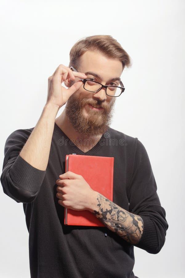 Hombre creativo joven con un libro fotos de archivo