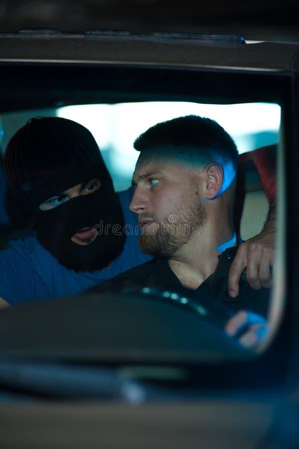 Download Hombre Criminal Que Amenaza Al Conductor Asustado Con Un Arma Imagen de archivo - Imagen de miedo, ladrón: 100532215