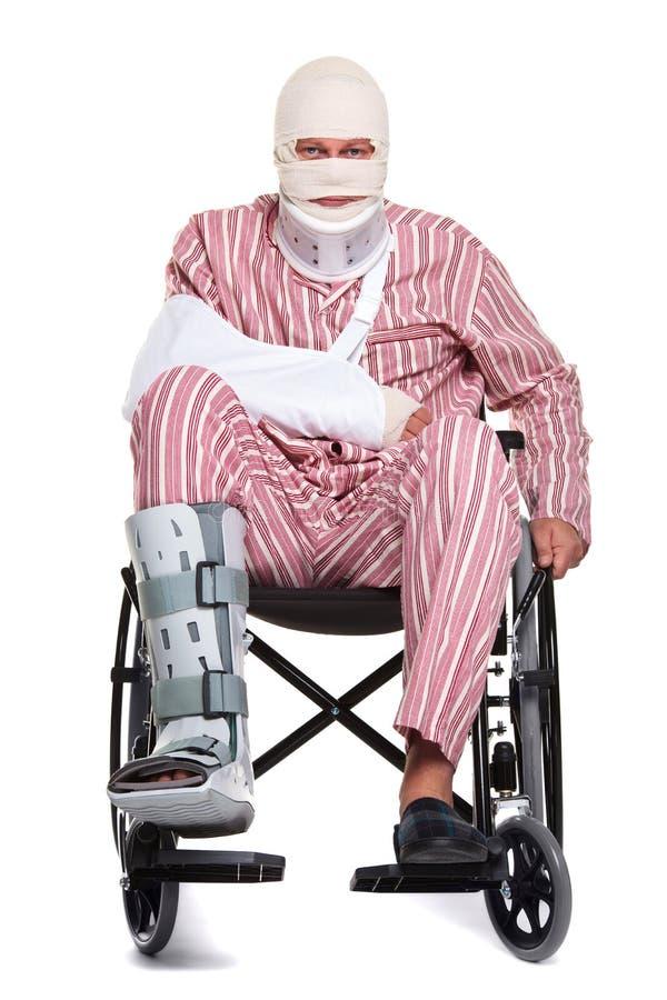 Hombre dañado en una vista delantera del sillón de ruedas imagen de archivo libre de regalías