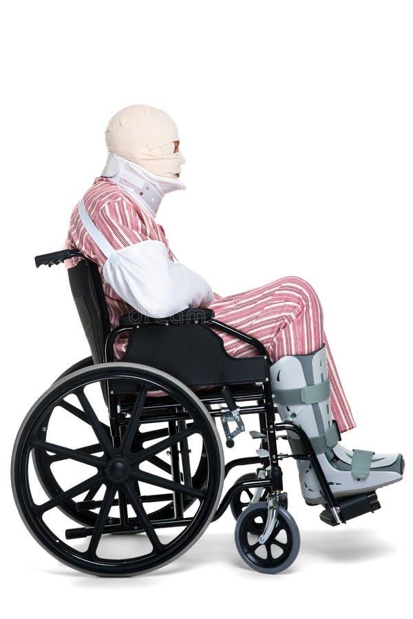 Hombre dañado en una vista lateral del sillón de ruedas fotografía de archivo