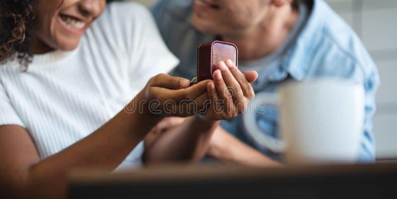 Hombre dando anillo de compromiso a su novia foto de archivo libre de regalías