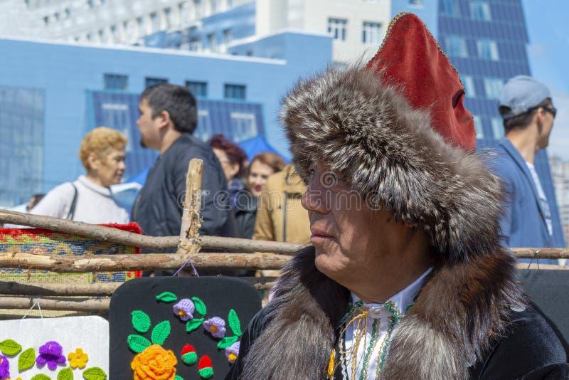 Hombre de AduAdult en ropa bashkir nacional foto de archivo
