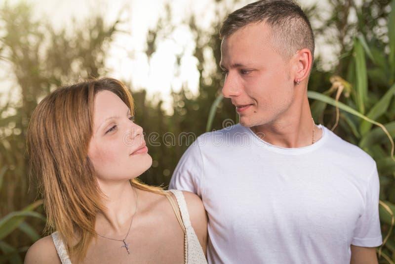 Hombre de amor y mujer feliz en un parque floreciente de la primavera fotos de archivo