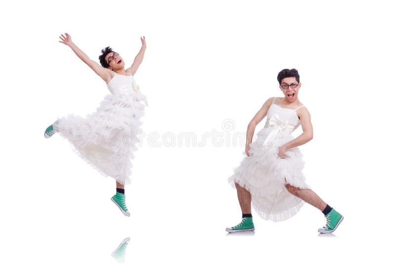 Hombre de baile divertido que lleva en el vestido de la mujer aislado en blanco fotos de archivo libres de regalías