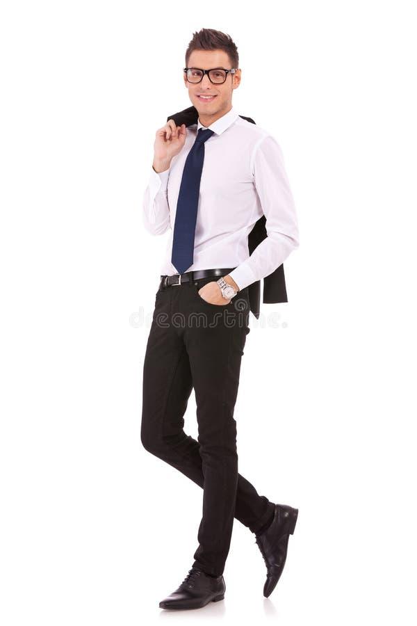 Hombre de Bussiness con la capa en hombro imagenes de archivo