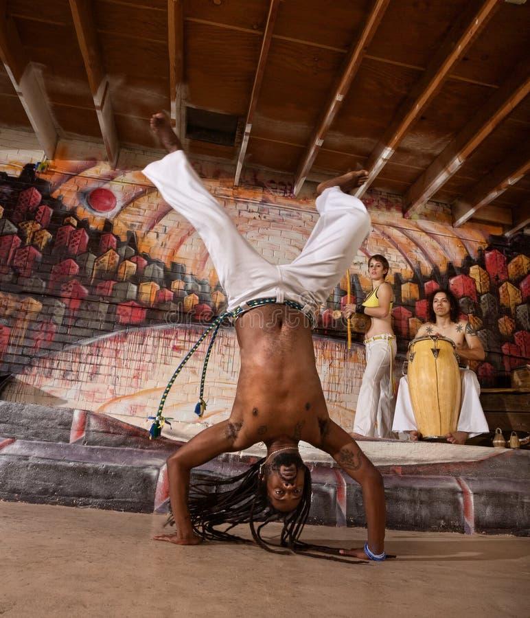 Hombre de Capoeira en posición del pino fotografía de archivo libre de regalías