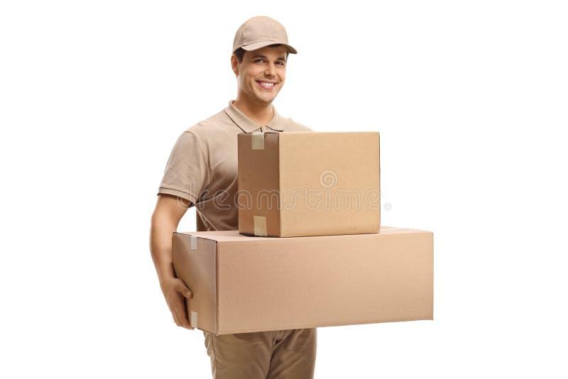 Hombre de entrega con las cajas que llevan imagenes de archivo