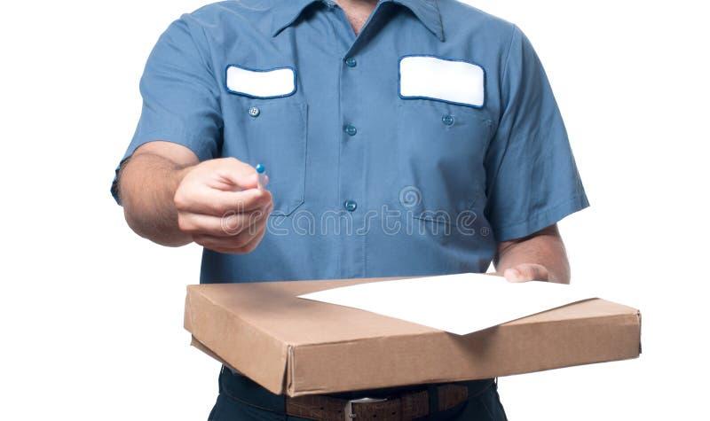 Hombre de entrega que da la caja del paquete al beneficiario fotografía de archivo