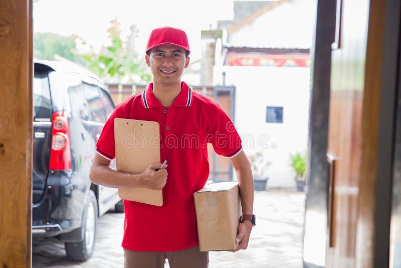 Hombre de entrega que entrega la caja foto de archivo