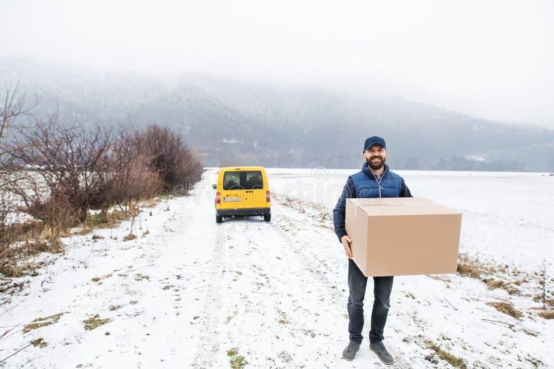 Hombre de entrega que entrega la caja del paquete al beneficiario fotografía de archivo