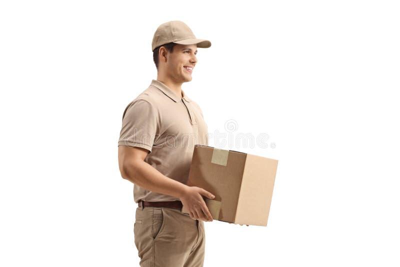 Hombre de entrega que lleva a cabo un paquete fotos de archivo