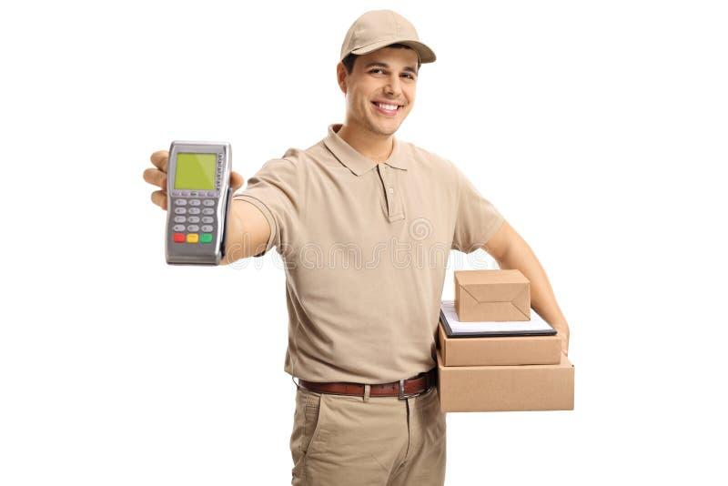Hombre de entrega que lleva a cabo un terminal y los paquetes del pago foto de archivo libre de regalías