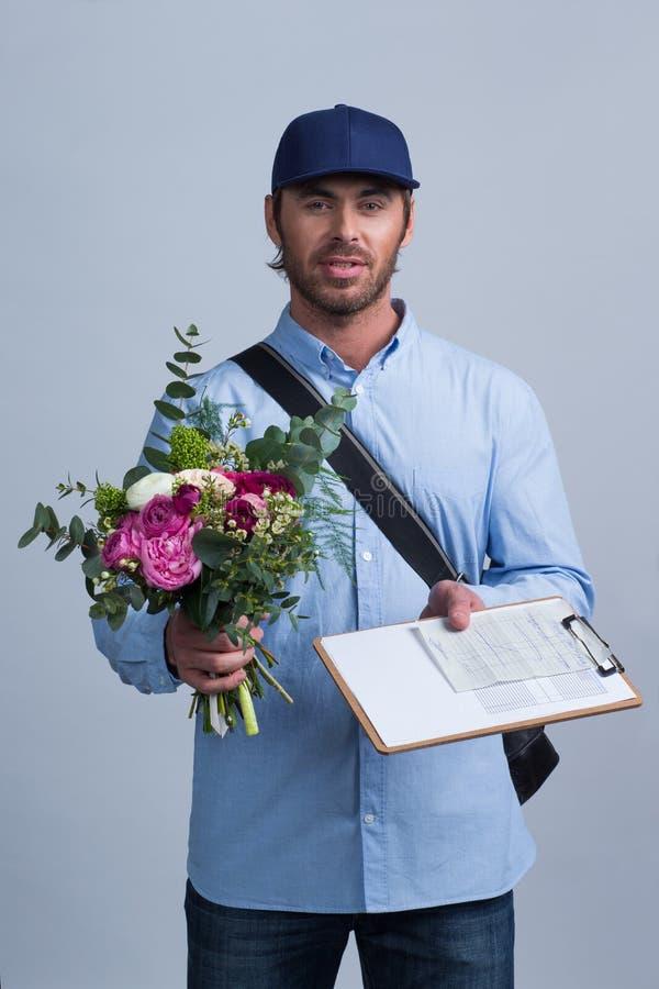 Hombre de entrega que trae el ramo de la flor foto de archivo libre de regalías