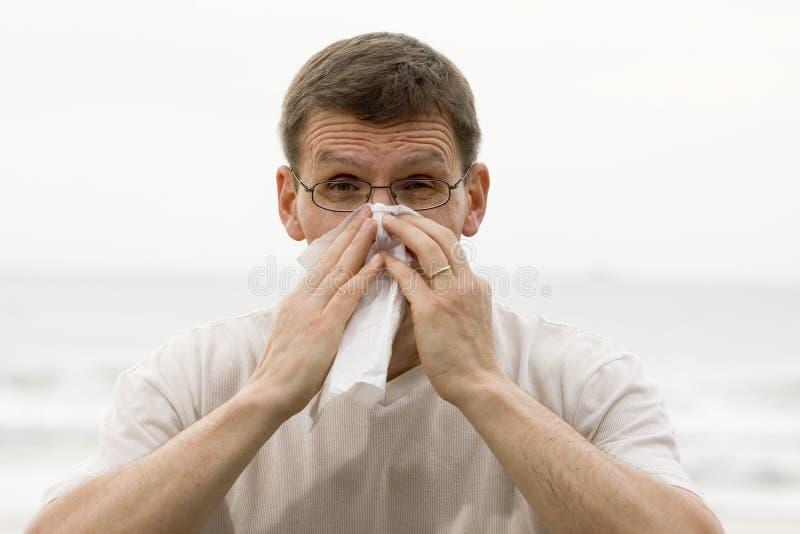 Hombre de estornudo imagenes de archivo