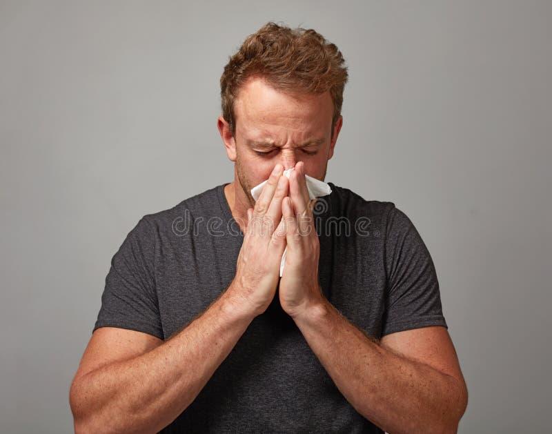 Hombre de estornudo con frío fotos de archivo libres de regalías