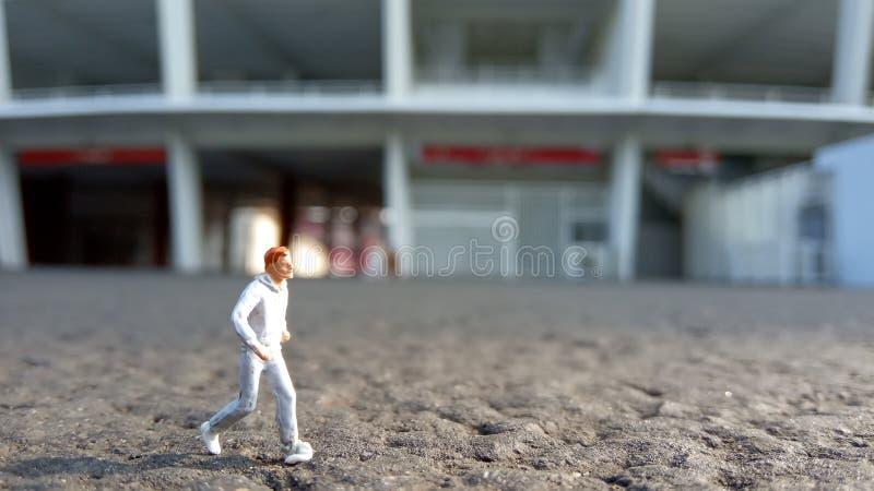 Hombre de funcionamiento de Mini Figure por la mañana, en el Bung Karno Stadium de Gelora foto de archivo