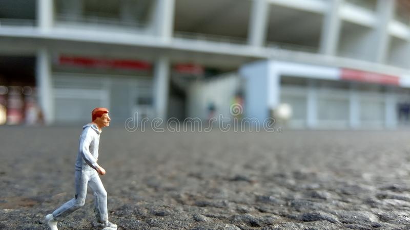 Hombre de funcionamiento de Mini Figure por la mañana, en el Bung Karno Stadium de Gelora fotografía de archivo