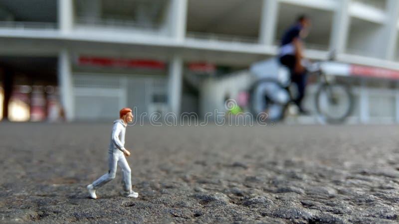 Hombre de funcionamiento de Mini Figure por la mañana, en el Bung Karno Stadium de Gelora foto de archivo libre de regalías