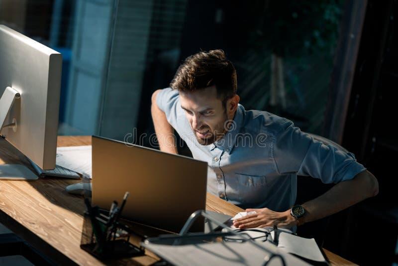 Hombre de griterío con el ordenador portátil quebrado imagen de archivo libre de regalías