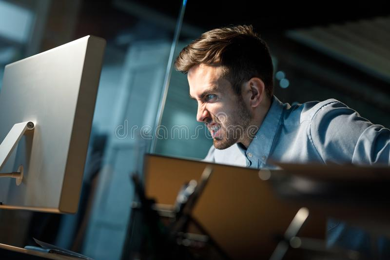 Hombre de griterío con el ordenador que funciona incorrectamente imagenes de archivo