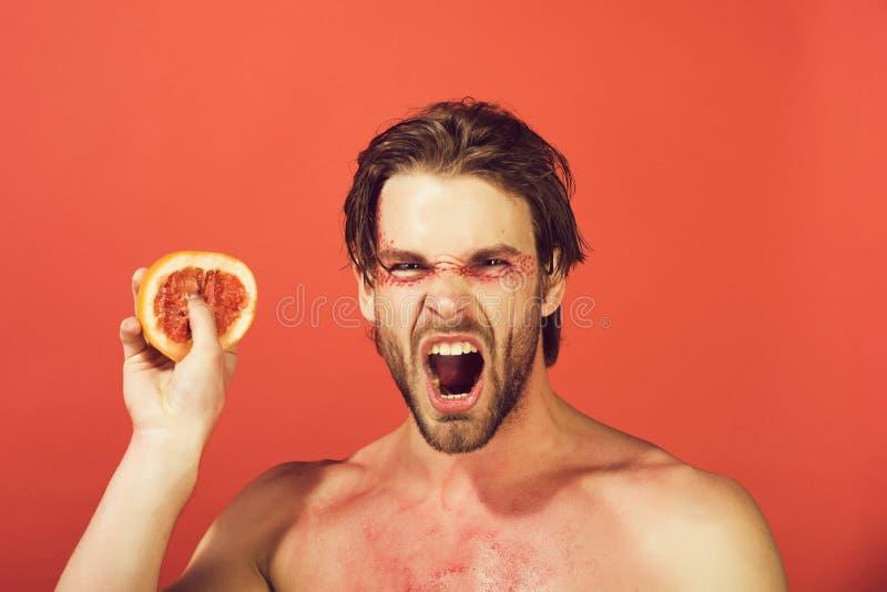 Hombre de grito hermoso con el pomelo de moda creativo del control del maquillaje, vitamina fotos de archivo