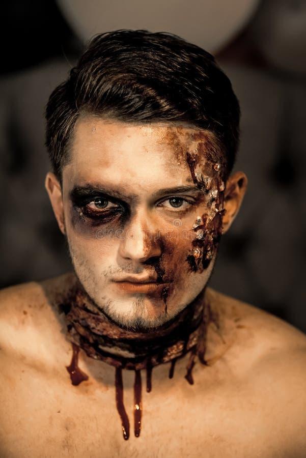 Hombre de Halloween con la cara del zombi fotografía de archivo