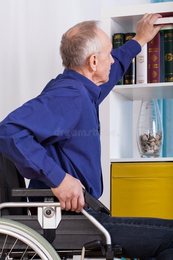 Hombre de Idependent que usa la silla de ruedas imagen de archivo