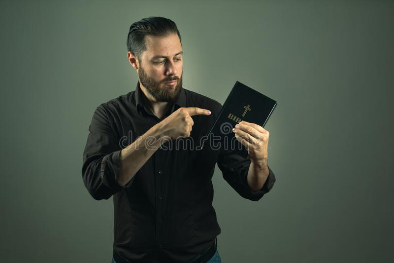 Hombre de la barba que le muestra una biblia La trayectoria derecha en vida está a través de dios foto de archivo