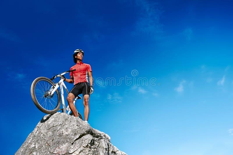 Hombre de la bici de montaña fotos de archivo