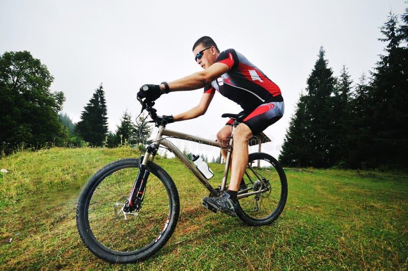 Hombre de la bici del montaje al aire libre fotografía de archivo libre de regalías