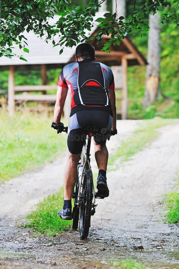 Hombre de la bici del montaje al aire libre foto de archivo libre de regalías