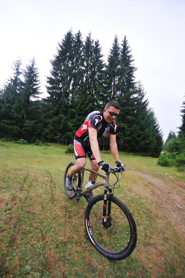 Hombre de la bici del montaje al aire libre fotos de archivo