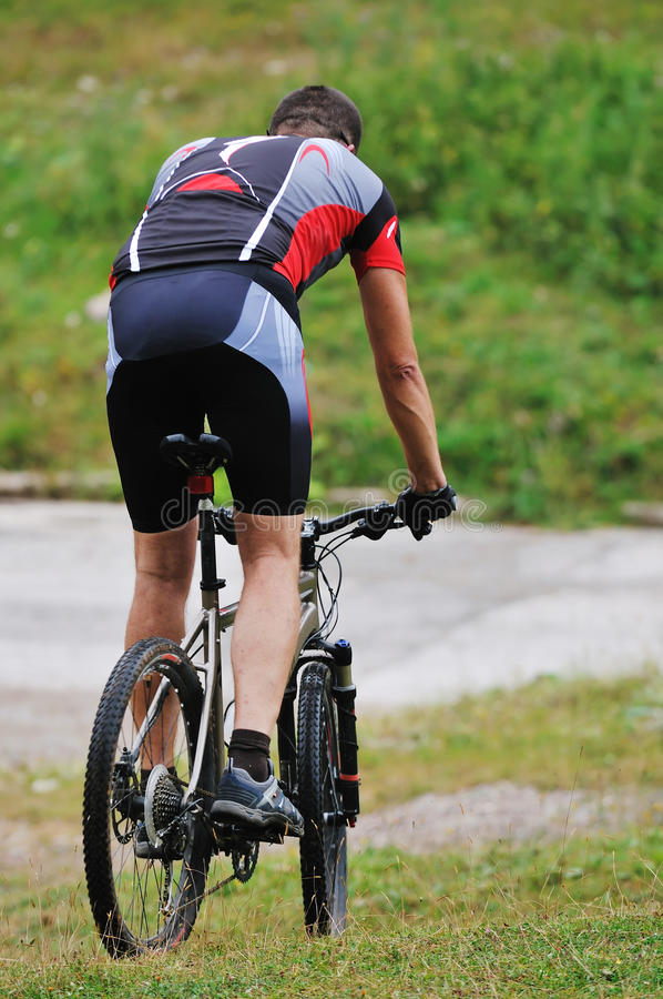 Hombre de la bici del montaje al aire libre imagen de archivo
