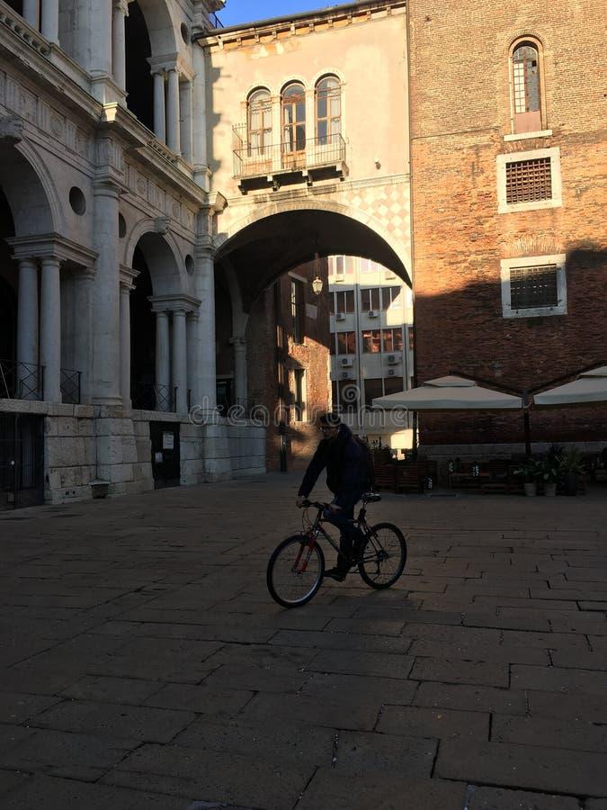 Hombre de la bicicleta debajo de un puente en Roma fotografía de archivo