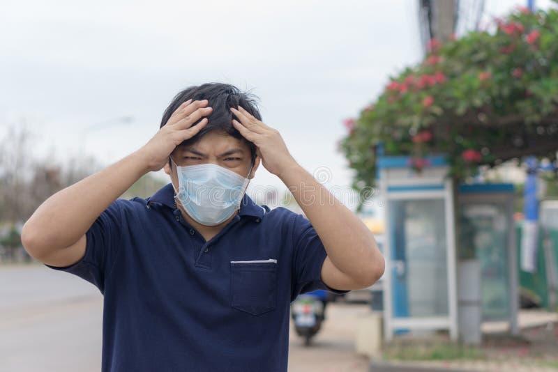 Hombre de la calle asiático que lleva máscaras protectoras , Hombre enfermo con la máscara que lleva de la gripe y nariz que sopl foto de archivo